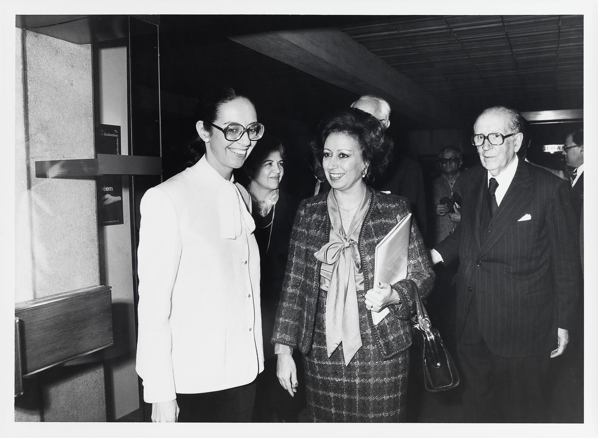 Madalena de Azeredo Perdigão (atrás, ao centro), Manuela Eanes (ao centro) e José de Azeredo Perdigão (à dir.)