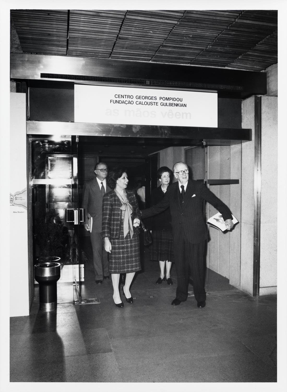 José Sommer Ribeiro (atrás, à esq.), Manuela Eanes e José de Azeredo Perdigão (ao centro)
