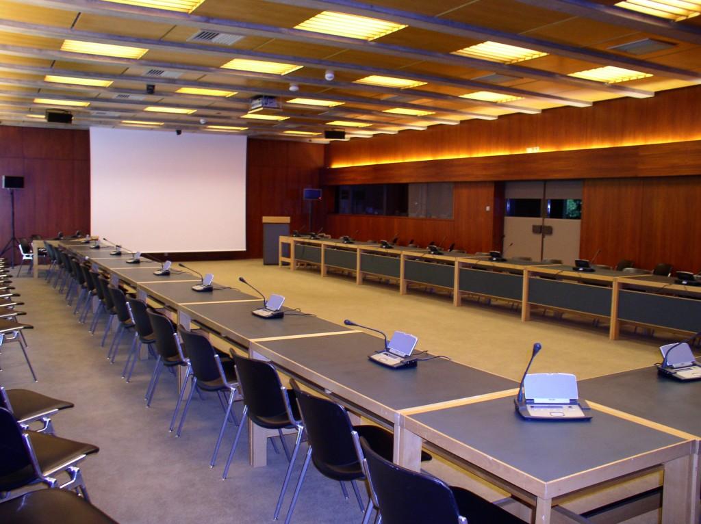 Sala 1: apetrechamento em U, 45 lugares, púlpito, dupla fila parcial