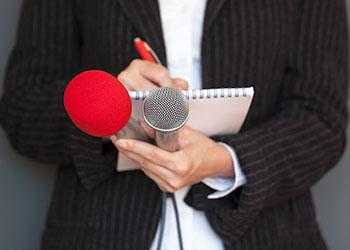 fotografia de uma pesoa a agarrar dois microfones