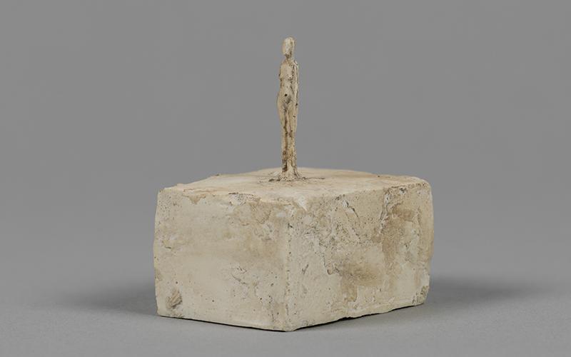 S27-Alberto-Giacometti-Toute-petite-figurine-vers-1937-39-plâtre-450-x-300-x-380cm-coll.-Fondation-Giacometti-Paris_800x500