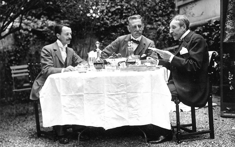 Eça, na casa de Neuilly, com o Visconde de Alcaide e Sousa Rosa.