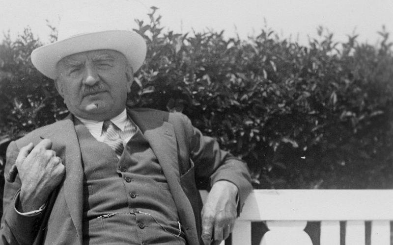 Calouste Gulbenkian, sentado num banco de jardim