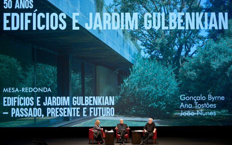Ana Tostões, Gonçalo Byrne, João Nunes na Conferência Edifícios e Jardim Gulbenkian – Passado, Presente e Futuro © Márcia Lessa
