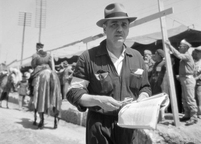 Leitão de Barros na preparação do Cortejo das comemorações do VIII Centenário da Tomada de Lisboa, de que foi o director artístico, realizado em 1947. Fotografia Estúdio Horácio Novais.