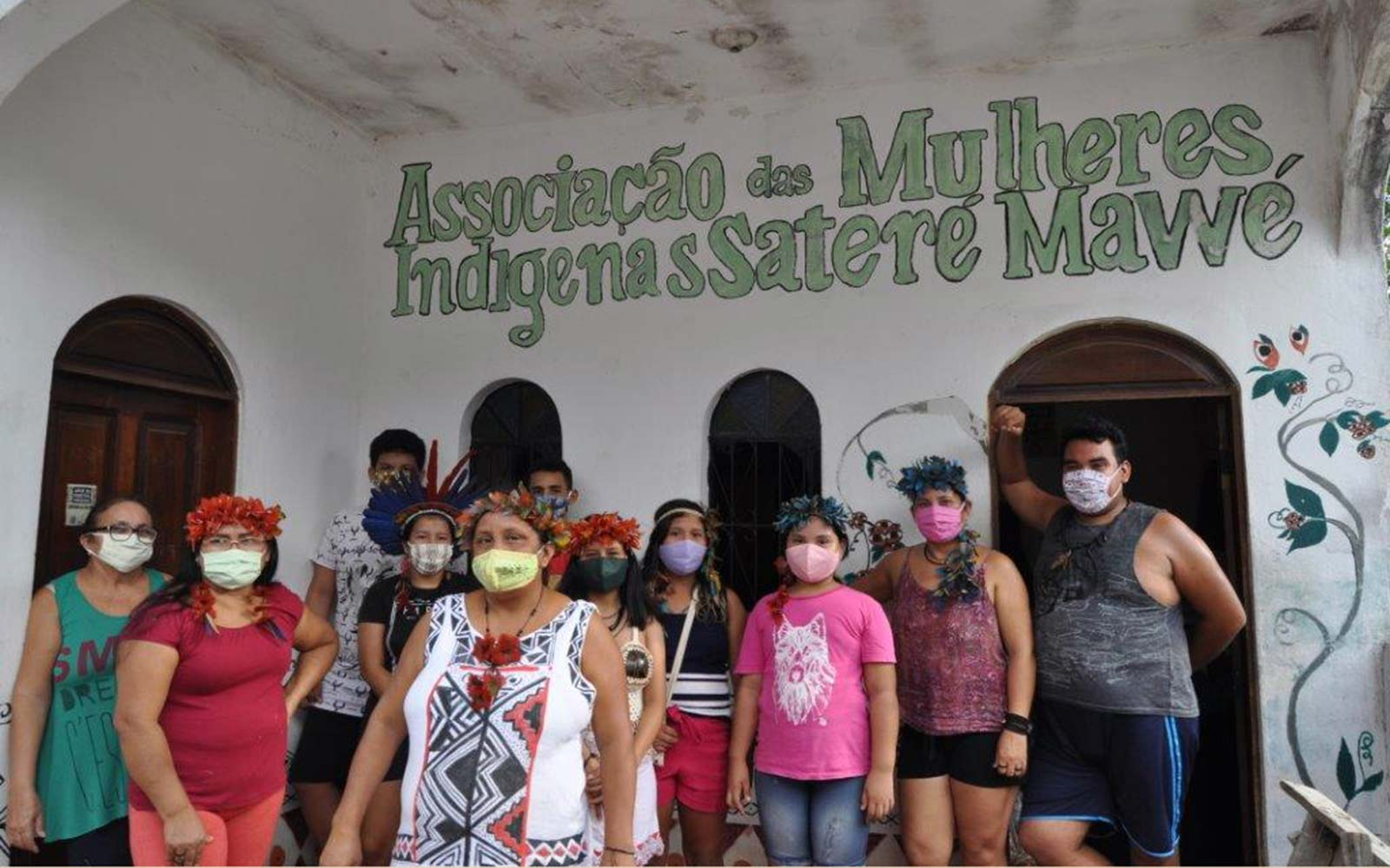 Sateré Mawé Indigenous Women Association that manufactured masks and received baskets © SOS Amazonia