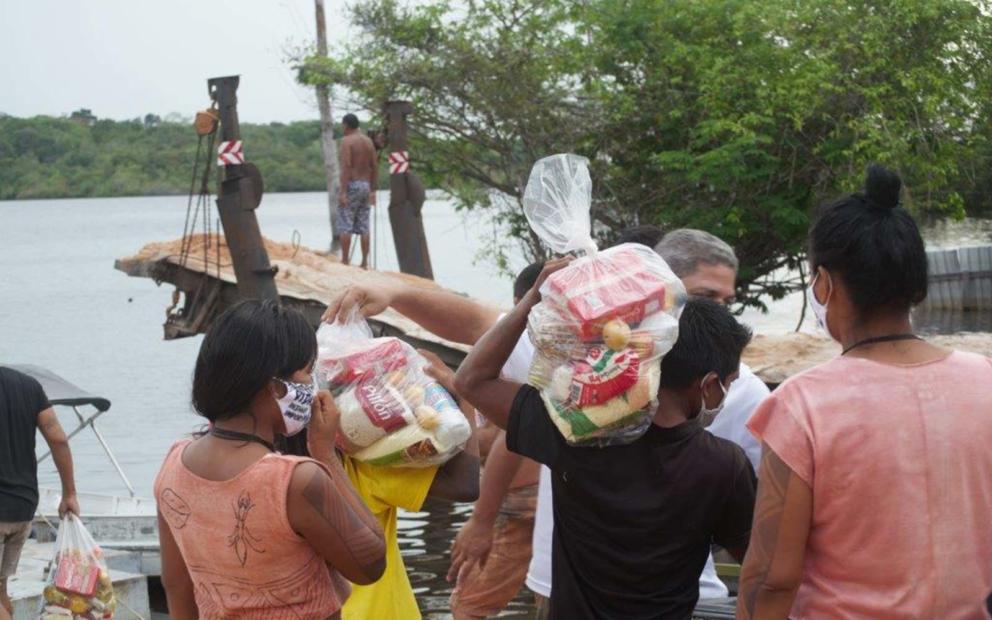Comunidade Inhambé e Gavião a receber os cabazes © SOS Amazonia
