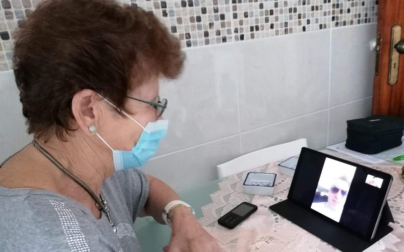 Manuela Guerreiro fala com a família por vídeochamada © DR